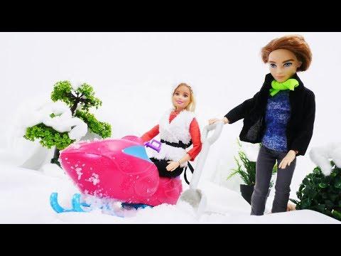 Барби испытывает новый снегоход. Видео для девочек