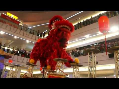 CNY 2013 ~ Acrobatic lion dance (舞獅 Múa Lân) by Khuan Loke @ Tropicana City Mall