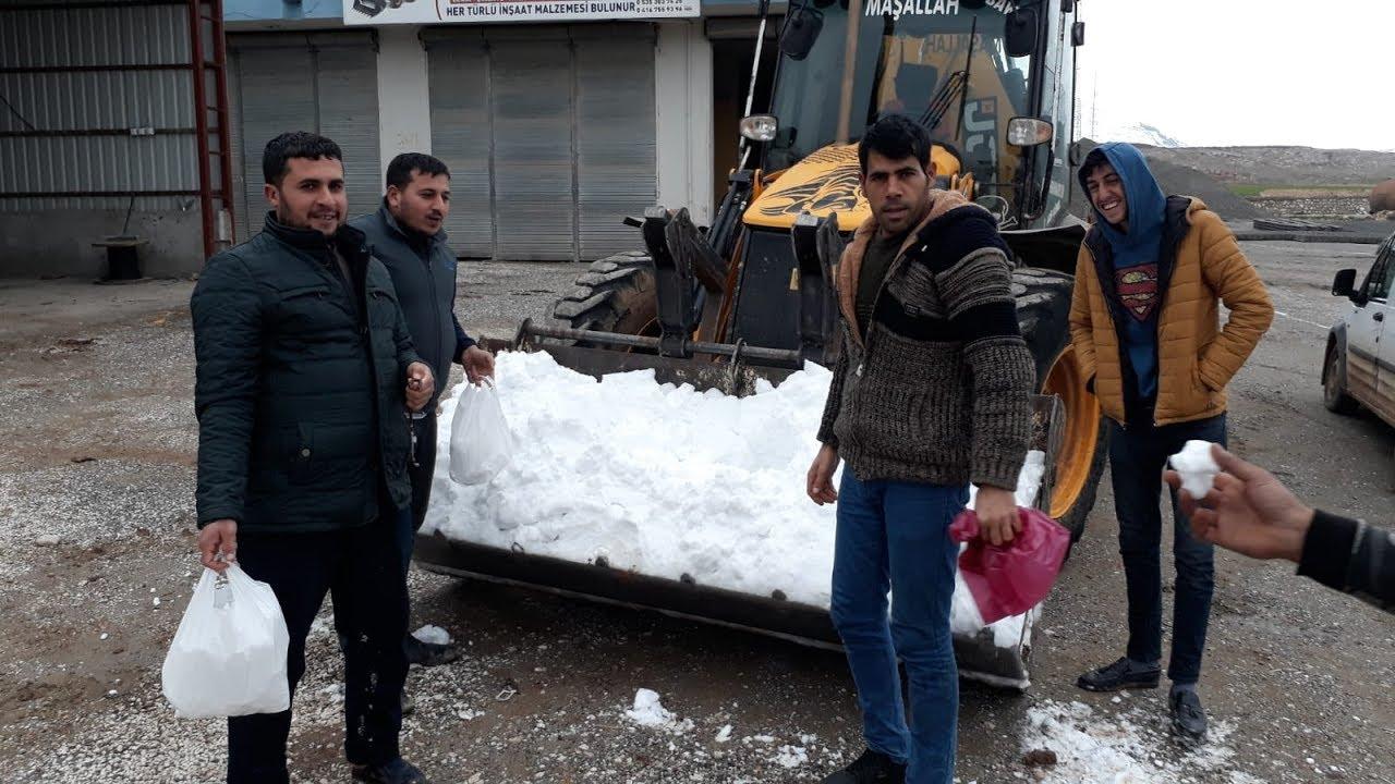 Köye Kar Yağmayınca Dağdan Kepçe İle Kar Getirdiler