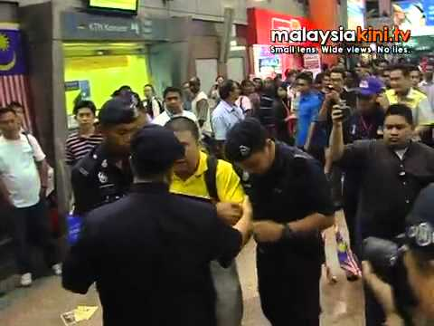 10 arrested for 'greeting' PM in yellow at KL Sentral
