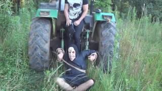 Youtuber passa por cima da cabeça de um palhaço assassino com tractor (Canal dele na Descrição)