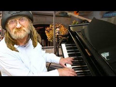 Американский БОМЖ самостоятельно научился  играть на пианино.