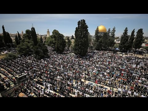 شاهد: آلاف الفلسطينيين يصلون في المسجد الأقصى أول جمعة في رمضان…