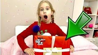 Новорічна розпакування подарунків від Юбокс. Що ж за сюрприз у коробці знайшла Єва?