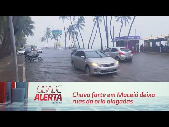 Chuva forte em Maceió deixa ruas da orla alagadas