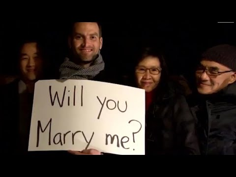 Man Proposes to Girlfriend With 'Love Actually'-Inspired Cue Cards