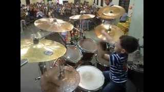 Davi Caina 3 anos e 8 meses tocando Tudo que Tem Folego na Bateria da Igreja Crista Batista Renovada
