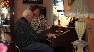 Cor Perlee speelt op zijn geliefde Hammond orgel
