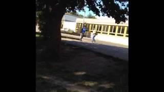 Gambar cover Ein Junge in der Schule mit ein Ei abgeworfen