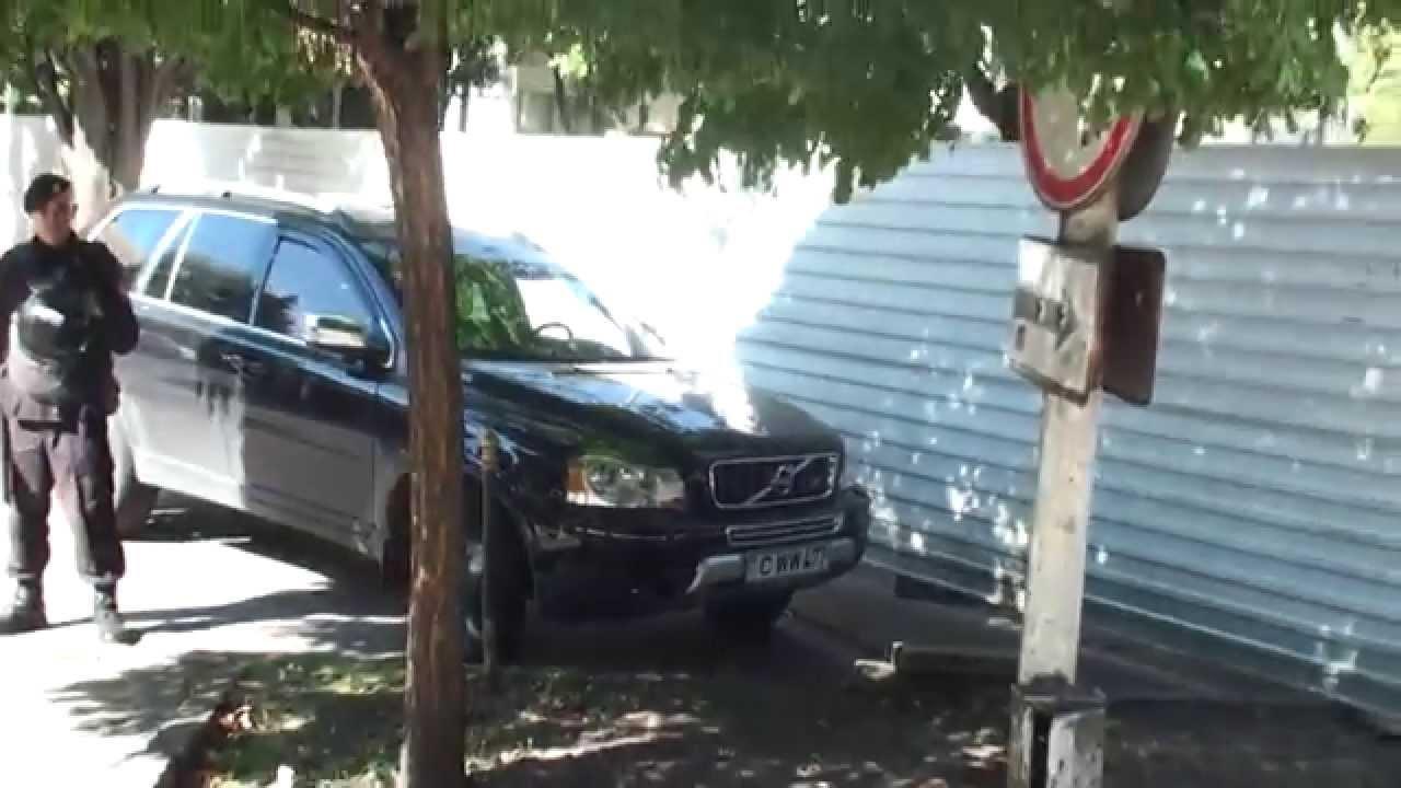 Polițiștii nu-l lasă să parcheze mașina sub gardul Parlamentului
