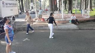 Cô gái đá cầu xuất thần giữa Sài Gòn