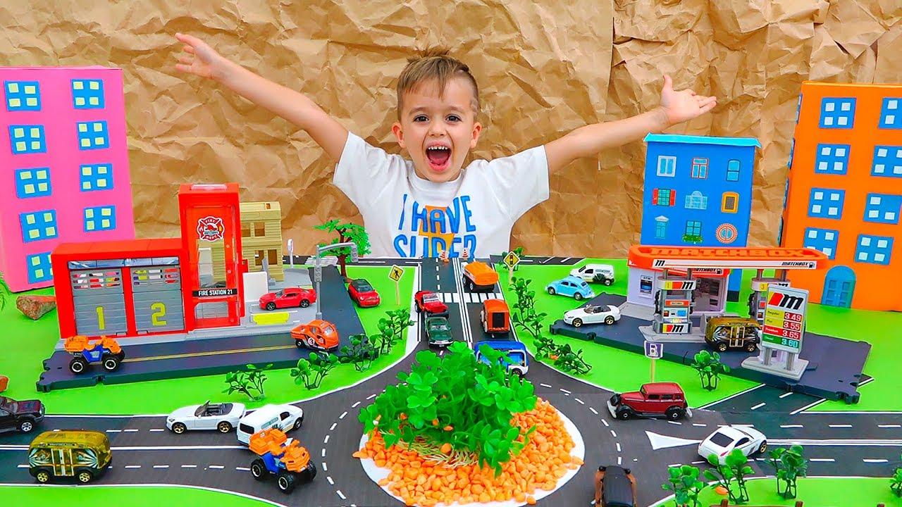 व्लाद और निकी खिलौना कारों के साथ खेलते हैं और माचिस सिटी का निर्माण करते हैं
