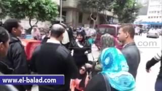 بالفيديو.. مفصولو النيابة الإدارية يقطعون حسين حجازى أمام السيارات