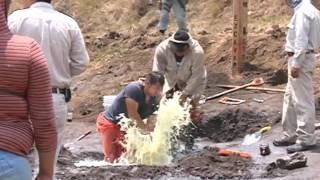 Pobladores de Tlalancaleca se arriesgan a recoger combustible de una toma clandestina