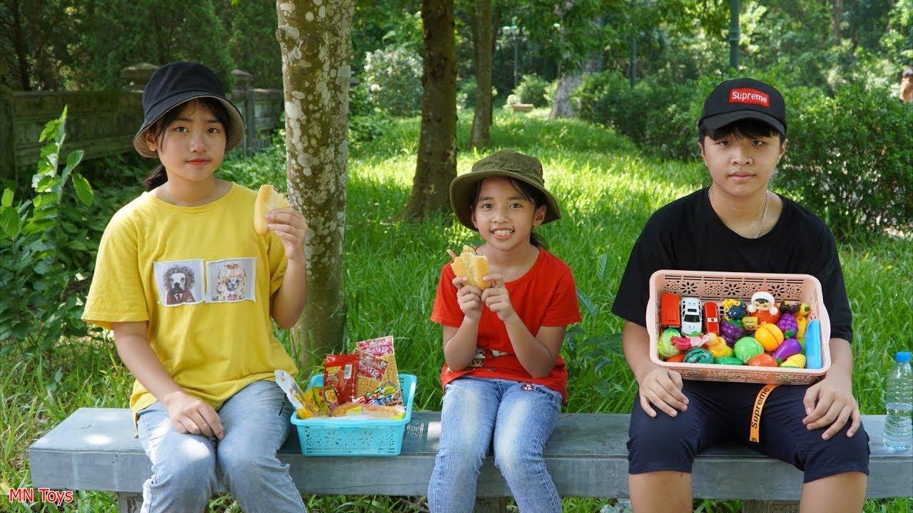 Nhường Em Đồ Ăn - Đại Ca Tốt Bụng Cho Em Gái Bán Rong Chiếc Bánh Mì - MN Toys