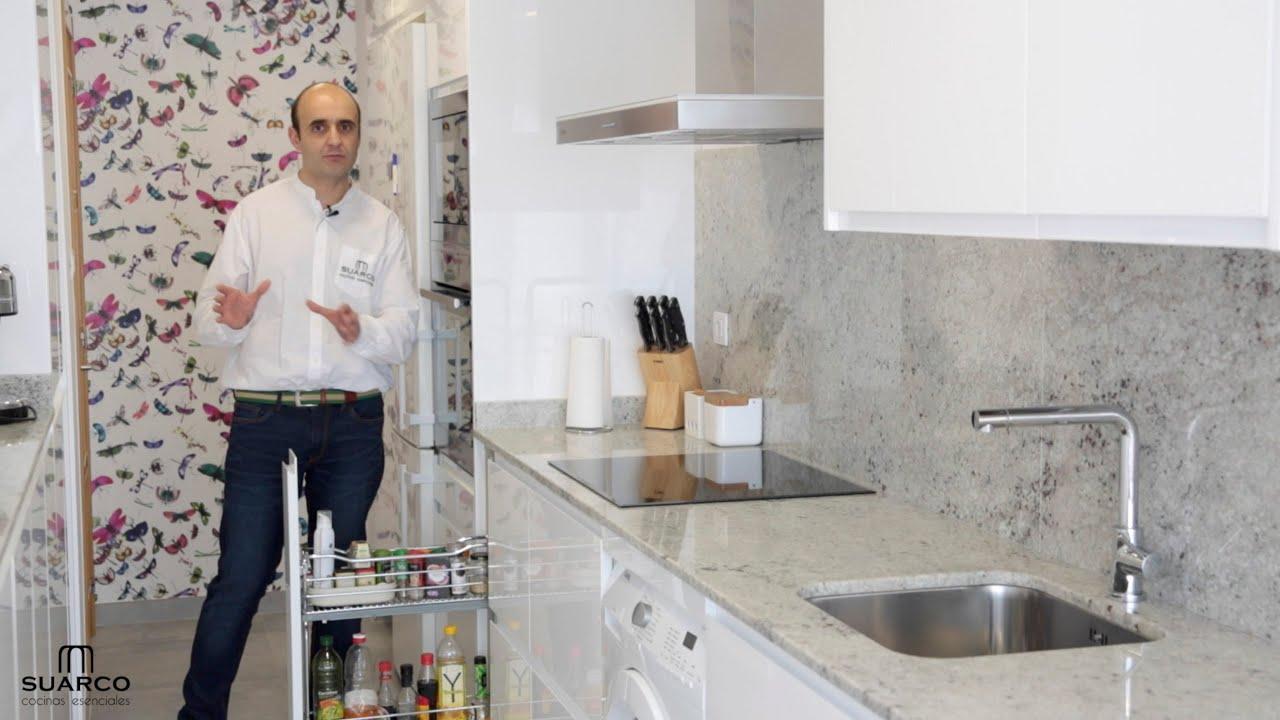 Cocina blanca laca sin tirador moderna y estrecha con for Muebles de cocina suarco