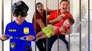 IGOR FINGE BRINCAR DE POLICIAL com a mamãe e prende todos no BANHEIRO