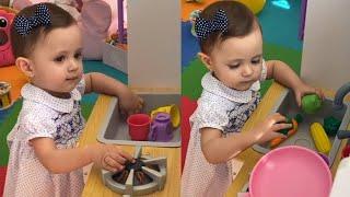 Marlene Favela graba a su hija Bella jugando a la cocinita