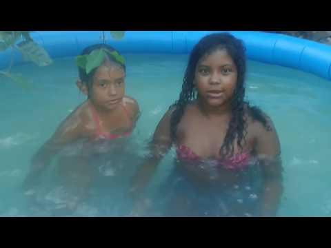 Bricando na piscina com Vitória Queiroz