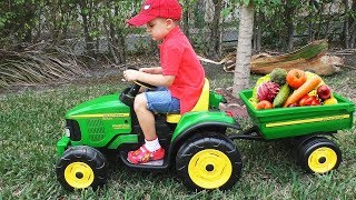 Roma recoge vegetales para su caballo en un tractor de juguete