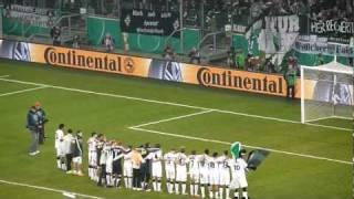 Borussia Mönchengladbach - Schalke 04: Borussia feiert den Sieg mit der Nordkurve