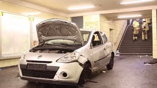 Berlin: Auto rast in die U-Bahn-Station Bernauer Straße