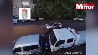 بالفيديو: يلقن لصوصاً حاولوا سرقة دراجة نارية درساً قاسياً