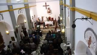 дети первого причастия католической церкви поют мессу