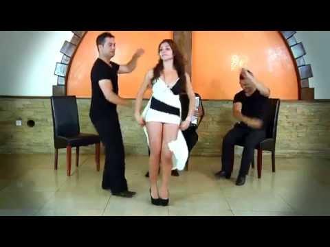 Девушка в короткой юбке отлично танцует