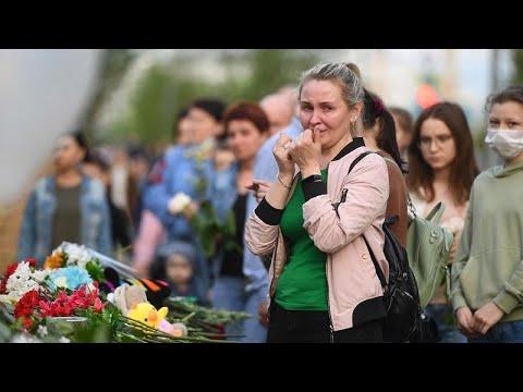 شاهد: سّكان قازان الروسية يضعون الورد أمام مدرسة تعرضت لاعتداء بالرصاص …  - نشر قبل 4 ساعة