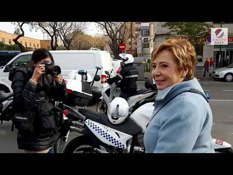 Manifestantes insultan y abuchean a Celia Villalobos a su salida del Parlamento andaluz