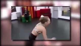 Niño besa a niña mientras bailan y ella sale corriendo