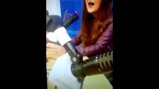 Tania Brou cantando acapella en Seacrest Studios de Children's Hospital