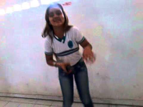 Dancando anitta na sala de aula