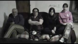 """FAMIGLIA GUARDA FILM EROTICO - dal film """"Ti uccido il cane!"""""""