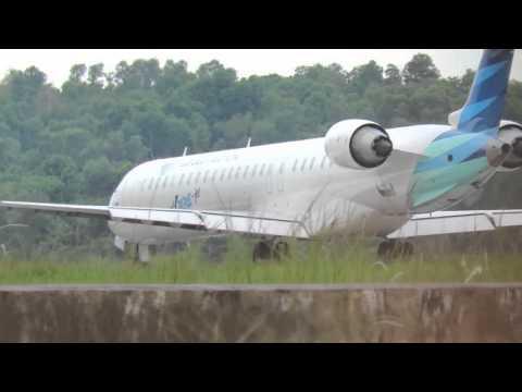 GARUDA INDONESIA TAKE OFF KETIKA WINGS AIR LANDING (VIDEO PESAWAT TERBANG INDONESIA)
