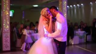 Невеста поет песню на свадьбе. Сделано ucanstudio.ru