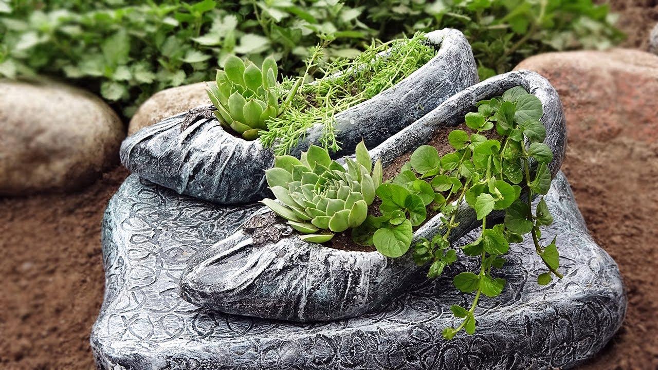 Из старых туфлей сделали замечательную поделку для сада