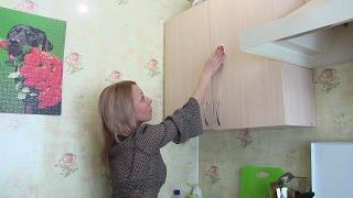 видео Как и чем чистить кухонный гарнитур: отмыть пятна и разводы на глянцевой поверхности
