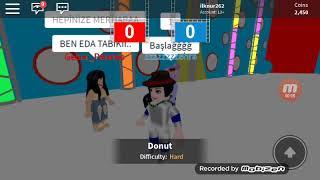Arkadaşlarım Zehra ve Eda ile birlikte hole in the wall oynuyoruz😀😁 (ROBLOX)