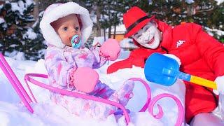 Видео игры как мама. БЕБИ БОН на прогулке Ищем Замок в снегу - Baby Born в видео куклы для девочек