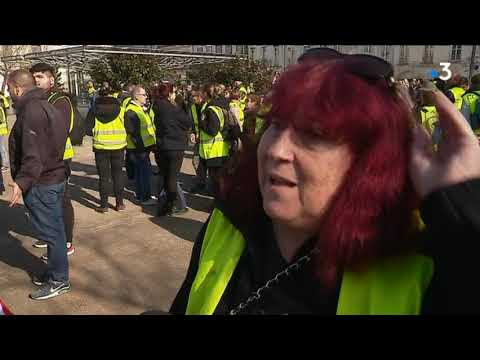 gilets jaunes 1500 personnes manifestent la rochelle point de rassemblement r gional youtube. Black Bedroom Furniture Sets. Home Design Ideas
