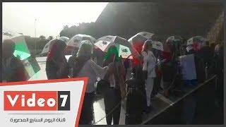 ايرانيون فى استقبال الامبراطورة فرح ديبا امام النصب التذكارى