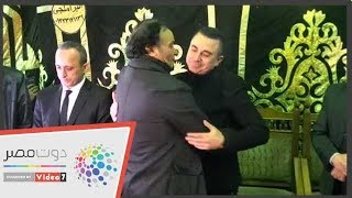شاهد..أحمد سعيد عبد الغنى ينهار ويبكى أثناء تلقيه عزاء والده - اليوم السابع