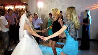 Свадебная Я милого узнаю по походке !!!