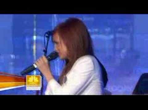 Ashlee Simpson sings Pieces of Me