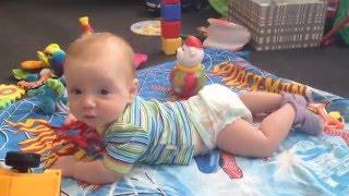 Як дитина починає повзати Перша спроба встати