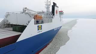 Посадка лоцмана на движущееся грузовое судно в Финляндии.