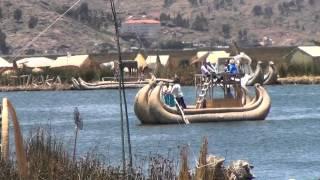 Caballito de Totora en el lago Titicaca, en las islas Uros (etnia Aimara)