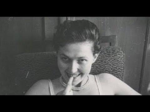 Сестры откопали на чердаке эротические фото своей прапрабабушки.